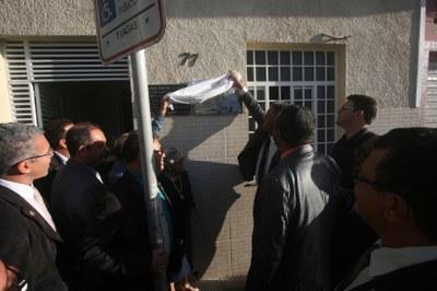 Vereadores e professores desceram a placa